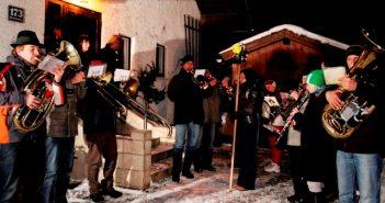 Foto: Schöpf: aufgeteilt in 3 Gruppen ziehen die Obertrauner Musikerinnen und Musiker von Haus zu Haus, um der Bevölkerung und den Gästen ein gutes neues Jahr zu wünschen!