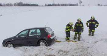 Fahrzeugbergung nach Schneefall am Weinberg in Ohlsdorf