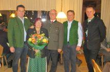 Das Jubelpaar Gabriele und Altbgm.Robert Binder mit dem Obertrauner Gemeindevorstand. (Foto: privat)