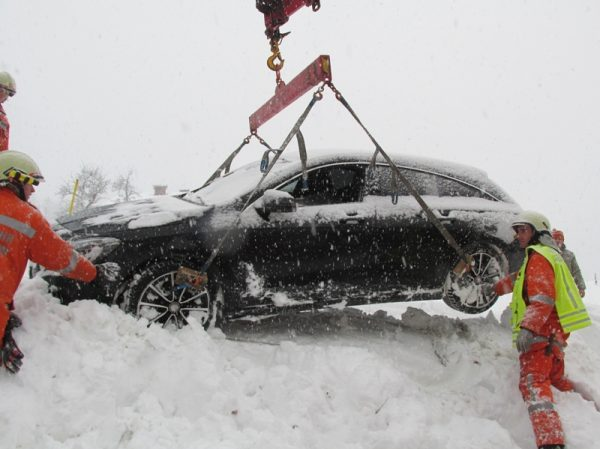 Fahrzeug mit Kran aus Graben geborgen