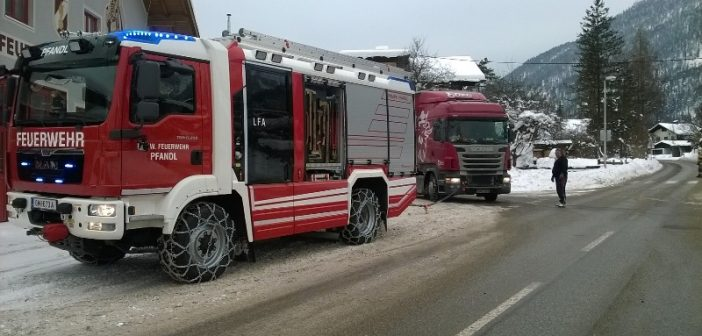 LKW blieb auf Schneefahrbahn hängen