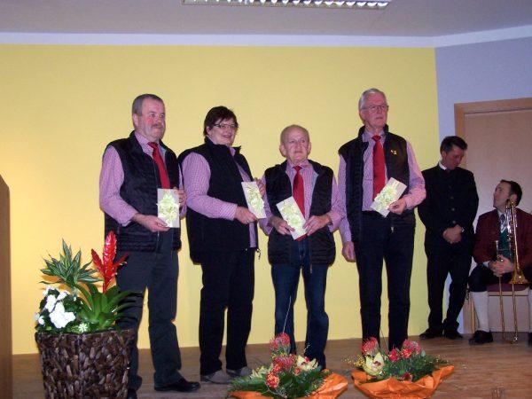 """Franz Brandmayr, Renate Stumpfl Johann Rutzinger, Heinz Schachreiter (4 geehrte """"Urgesteine"""") im Hintergrund Bgm. Reiter und Musikobmann Hubert Brandmayr"""