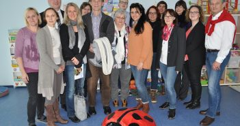 EKiZ-Leiterin Silke Ortler (links), Amtsleiterin Mag. Alexandra Thomasberger (2. v.l.) und Bgm. Peter Groiß (rechts) mit den Gästen der Partnerstadt Puchheim im Eltern-Kind-Zentrum Attnang-Puchheim
