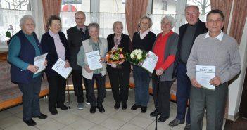 SB-Obmann Walter Schneeberger (3.v.l.) und Bezirksobmann Willi Auzinger (2.v.r.) mit den für ihre langjährige Mitgliedschaft ausgezeichneten SB-Mitglieder