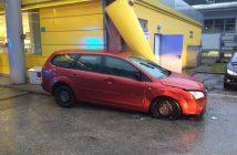 Autofahrer krachte in Tankstelle (5)