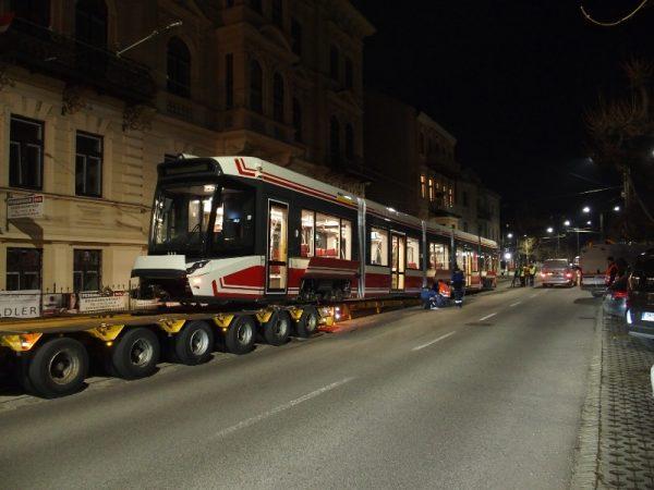 Neue Straßenbahn im Probetrieb