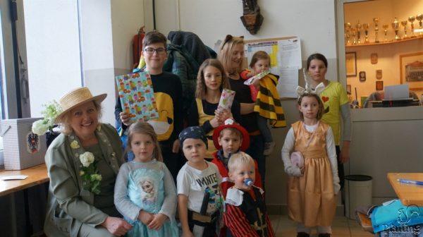 Bgm. Gabriele Aigenstuhler mit Kindern, welche bei der Verlosung gewonnen haben
