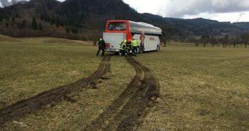 Reisebus auf Abwegen – Navigationsgerät lotst Reisebus in Feld