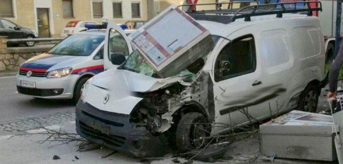 Mit Auto in Trafik gekracht