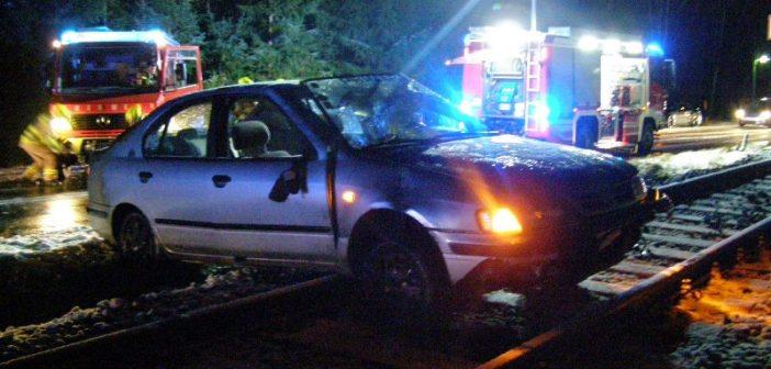 Auto kam nach Unfall auf Bahngleisen zum Stehen