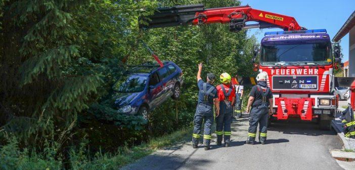 Auto in Pinsdorf in ein steiles Waldstück gestürzt