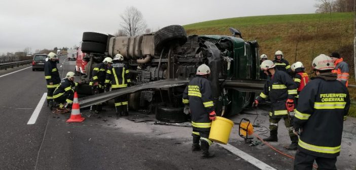 Asfinag-Fahrzeug von Sattelschlepper gerammt