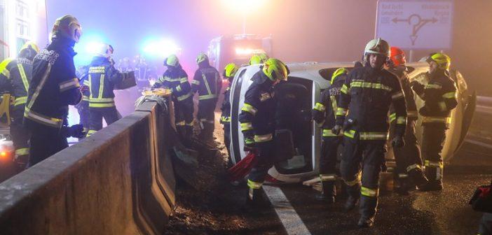 Serienunfall auf eisglatter Westautobahn bei Regau