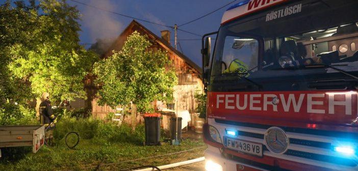 Vier Feuerwehren bei Brand eines Holzhauses in Desselbrunn