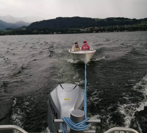 Elektroboot am Traunsee von Unwetter überrascht