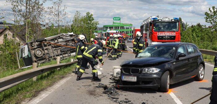"""Schwerer Crash zwischen Kleinbus und <span class=""""caps"""">PKW</span> auf Salzkammergutstraße"""